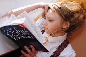 เด็กผู้หญิงกำลังเรียนภาษาอังกฤษ