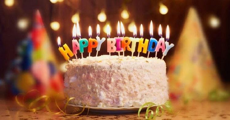 """เค้กมีคำว่า """"Happy birthday"""" อยู่"""